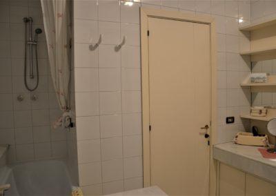 bagno grande lavandino doccia